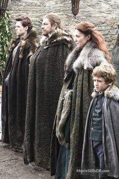 Famille Stark : Robb, Ned, Cat et le petit dernier Rickon (cachés Bran et Sansa) Arte Game Of Thrones, Game Of Thrones Costumes, Game Of Thrones Cast, House Stark, Emilia Clarke, Famille Stark, Narnia, Firefighter Halloween, Firefighter Family