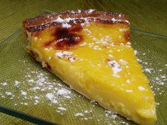 Forre uma forma de tarte amovivel com a massa folhada. . Num tachinho misture a água com o açúcar, o ...