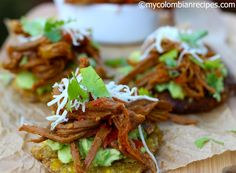 Patacones con Carne Desmechada (Fried Green Plantains with Shredded Beef) Best Hamburger Recipes, Beef Recipes, Cooking Recipes, Healthy Recipes, Cuban Recipes, Plantain Recipes, Banana Recipes, Patacones Recipe, Vegetarian