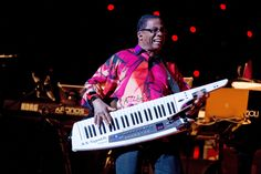 HERBIE HANCOCK QUINTET La cascada de homenajes, premios y reconocimientos no ha ralentizado la carrera de este legendario pianista estadounidense vinculado, indefectiblemente, a Miles Davis, V.S.O.P., 'Cantaloupe island'… Con su quinteto suma bajo, batería, guitarra y saxo, y sigue cruzando jazz y música funk. http://www.kmon.info/es/jazz/herbie-hancock-quintet           www.kmon.info