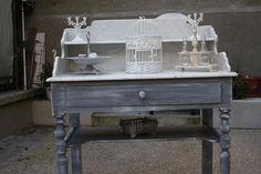 Cet ancien meuble de toilette, en marbre d'origine, a été entièrement consolidé, patiné en gris zinc et ciré. La table comprend la tablette en marbre avec étagère, un tiroi - 10347697