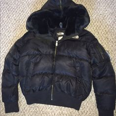 ♻️MOVING SALE♻️ North Face coat Perfect for skiing or snowboarding, super warm. Worn only a handful of times. Has a very soft plush detachable hood. The North Face Jackets & Coats Puffers
