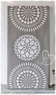Zur Zeit ist Raum-und Wandverschönerung angesagt. Keilrahmen oder Holzbretter,Farbe ,Schablonen und Strukturpaste :) ...