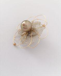 Handmade golden-white flower pin Design Crafts, White Flowers, Brooches, Pearls, Handmade, Hand Made, Brooch, Beads, Handarbeit