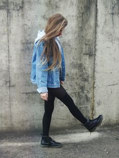 Oversized denim jacket in vintage style. Discover and buy here: www.me/ - Denim Jacket Outfit Dr Martens Outfit, Grunge Outfits, Winter Outfits, Estilo Indie, Estilo Grunge, Denim Outfit, Denim Jacket Outfit Winter, Oversized Denim Jacket Outfit, Legging Outfits