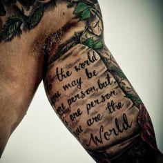 Oberarm Schrift Tattoo Mann