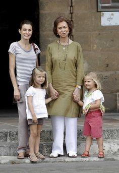 La Princesa Letizia en Mallorca acompañada por sus hijas y Doña Sofía.