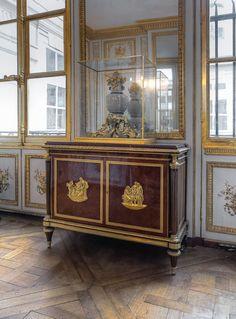 Gods and Foolish Grandeur: Le cabinet de la garde-robe of Louis XVI at Versailles Louis Xiv Versailles, Chateau Versailles, Palace Of Versailles, French Furniture, Antique Furniture, Rococo, Inside Castles, Home Interior, Interior Design