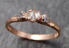 Drei rohen Stein Diamant Salz und Pfeffer Verlobungsring 14k Rose Gold Ehering Uncut Stapeln Ring Rough Diamond Ring byAngeline Rohe Bio Konflikt kostenlos Diamanten als individuell wie Sie sind! Natürliche Rohdiamanten. Diese drei Stein-Ring gibt es hier, dass dieses eine Größe 7 ist,