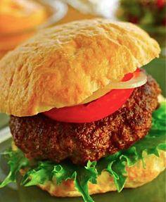 Recept #glutenfri #hamburgare med grönsaker, dressing & gurkröra.   För fler goda, glutenfria recept och goda råd; ladda ned vår broschyr Glutenfri! från vår hemsida: http://www.fria.se