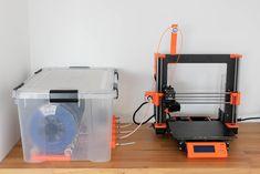 Mit dieser einfachen Bauanleitung inklusive kostenloser Druckdateien kannst du dir eine Filament Box bauen um mit deinem 3D Drucker die  perfekten Drucke zu erzielen. DIY, Bauanleitung Filament Box, 3D Druck, 3D Drucker, Filament, 3D Druck Projekt, 3D Druck Idee Silica Gel, Diy 3d Drucker, Prusa I3, 3d Printer Projects, 3d Prints, Box, 3d Printing, 3d Printer, Printing