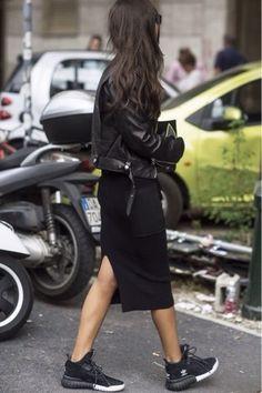 Jaqueta de couro + saia midi + tênis, all black @whisperbysara