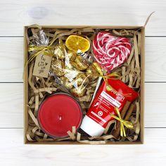"""Набор с любовью и заботой о Ваших любимых. В комплект входит: - Леденец на палочке """"Сердце"""" - Свеча в стеклянном стакане - Конфеты шоколадные - Крем GARNIER (для рук или ног по желанию) - Подарочная коробка - Декор."""