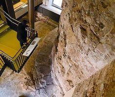 A la izquierda, tramo de la muralla romana descubierto en el centro cívico Pati Llimona, ayer.