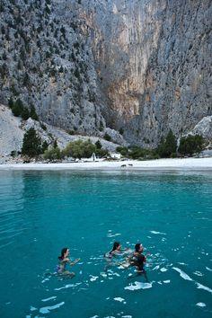 Symi is een klein Grieks eiland ten noordwesten van Rhodos. Het is bergachtig met een groot aantal valleien en een rotsachtige kust met daartussen...