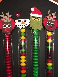 M&M treat holders Christmas Food Treats, Christmas Favors, Christmas Paper Crafts, Christmas Ornaments To Make, Christmas Sweets, Christmas Candy, Christmas Projects, Holiday Crafts, Holiday Fun