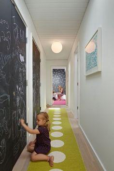 Décoration d'un couloir long et étroit avec une peinture ardoise