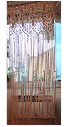 Lieferzeit: 3-4 Wochen. Großen Macrame-Vorhang mit 8mm Ecru Baumwollkordel gemacht, es ist sehr weich.  Breite 36 Zoll; Lenght:98 Zoll; Wird