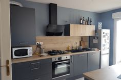 Cuisine gris anthracite et bois avec îlot   SoCoo'c Montélimar Minimalist Kitchen, Plan Design, Home Kitchens, Kitchen Remodel, Sweet Home, New Homes, Kitchen Cabinets, Interior Design, Recherche Google