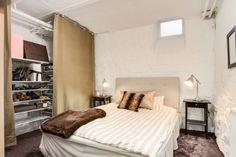 Les petites surfaces du jour :  une chambre en «souplex». Cortinas en lugar de puertas en el clóset.