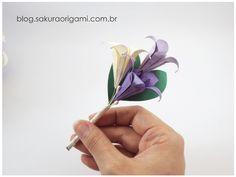 Flor de lapela com lírios de origami, para noivos e padrinhos - Sakura Origami…