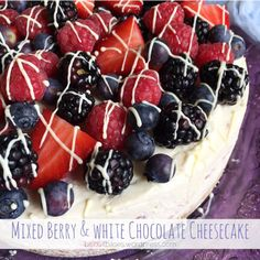 Easy No-Bake White chocolate and Mixed Berry Cheesecake, drizzled in White Chocolate and filled with raspberries! Cheesecake Toppings, Cheesecake Recipes, Dessert Recipes, Raspberry Cheesecake, Chocolate Cheesecake, Biscoff Cheesecake, Blueberry Angel Food Cake Recipe, Chocolate Topping, White Chocolate