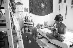 Brasileira faz imagens com pessoas nuas vivendo suas rotinas https://estilo.catracalivre.com.br/2014/09/fotografa-registra-imagens-com-pessoas-nuas-vivendo-suas-rotinas/#