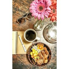 Hala ofisten çıkmayınca akşam yemeği yerine araöğün icin yanımda getirdiklerimi yiyorum.  Yarin sabah bi arkadaşımla öğleden sonra da başka bir arkadaş grubunla görüşeceğim nasipse. Yoğun bi gün olucak inş uzun zamandır görmediğim arkadaşlarımla buluşacam çok heyecanlıyım çok özledim🤗🤗 ☕☕☕ ♡Sade nescafe gold(0 kalori) - sütsüz şekersiz kremasızsa kahvenin kalorisini saymıyoruz- ♡ 2 #diyetyolubiscotti (77x2=154 kalori) - Tarifi blogumda var - ♡Yarım çay bardağı beyaz leblebi (33 kalori)…