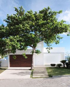 love a white modern house with wood, so simple!