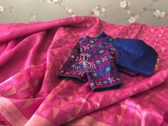Sold Linen saree teamed with a contrast blouse For orders/queries Call/ what's app us on 8341382382 Mail us… South Indian Bride Saree, Indian Sarees, Teja Sarees, Kutch Work Designs, Diana, Simple Sarees, Silk Saree Blouse Designs, Designer Blouse Patterns, Blouse Models