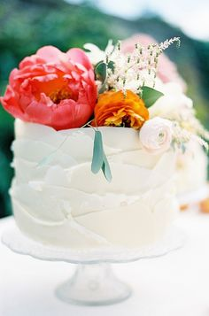 Beautiful wedding cake with fresh flower topper of roses in coral & peach Photography: www.taylorbarnesphotography.co.uk