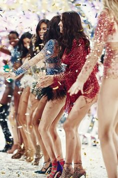 Guarda tutti i look della sfilata di moda Victoria's Secret del 2016 See All the Looks from the 2016 Victoria's Secret Fashion Show Photos Victoria Secret Angels, Moda Victoria Secret, Victorias Secret Models, Victoria Secret Fashion Show, Victoria Secrets, Vs Fashion Shows, Look Fashion, Fashion Models, Fashion Outfits
