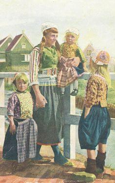 Marken vrouw met twee meisjes en 1 jongen #NoordHolland #Marken