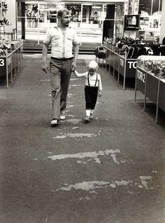 Isä ja poika ostoksilla Keskimaan myymälässä