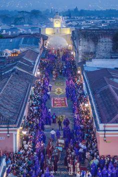 Tradiciones de #Guatemala  Previo al paso de la Procesión del Templo de San Bartolome Becerra el día domingo 2 de abril del presente año por la calle del Arco de Santa Calalina en Antigua Guatemala.   Entre fieles cucuruchos cargadores, visitantes nacionales y extranjeros.