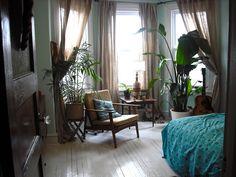 Viel Holz mit farbigen Akzenten, Pflanzen, Vintage