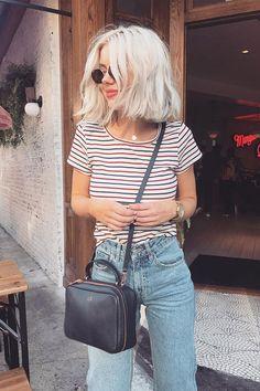 Listras coloridas com jeans para um look navy.