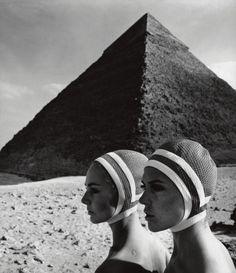 'Vor den Cheopspyramiden' Karin Mossberg und Micky Zenati in Op Art-Fashion, Gizeh/Ägypten 1966 by F.C. Gundlach