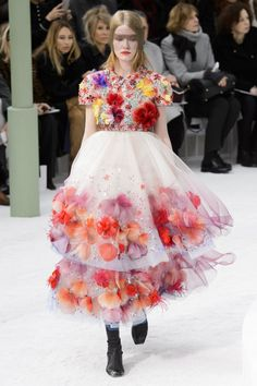 ZsaZsa Bellagio – Like No Other: Chanel Haute Couture Wow. Maybe this should be the inspiration for my next party dress. Dior Haute Couture, Haute Couture Dresses, Style Couture, Couture Fashion, Runway Fashion, Chanel Fashion, Chanel 2015, Coco Chanel, Fashion Week