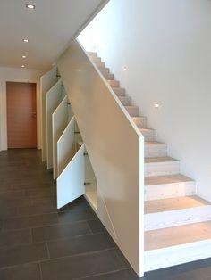 Einbauschrank unter der Treppe mit viel Stauraum. Der Treppen-Einbauschrank wurde in unserer Tischlerei nach Maß gefertigt und bietet sehr viel Platz für Garderobe, Schuhe, Wintersachen.