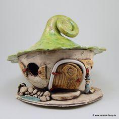 Das Keramik-Windlicht Lichthaus kann im Garten oder im Innenbereich als Dekoration verwendet werden. Ein Teelicht oder eine kleine Kerze im Windlicht sorgt für eine gemütliche und romantische Atmosphäre.