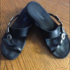 Minnetonka Black Leather Sandals 7 Nice sandals. Silver decoration. Minnetonka Shoes Sandals