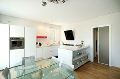 Tavolo More e sedie Sand #Desalto  Cappa OM #elica @elicarianuova  Cucina Rossana modello HD23 #Rossana