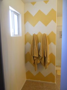 Que tal uma parede com pintura em zig-zag amarelo no melhor estilo faça-você-mesma?