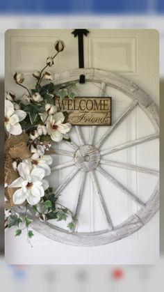 Country Decor, Farmhouse Decor, Wagon Wheel Decor, Home Crafts, Diy Home Decor, Craft Markets, Front Door Decor, How To Make Wreaths, Diy Wreath