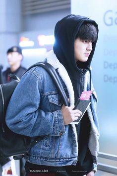 His eyes literally glisten how appropriate Kim Jinhwan, Chanwoo Ikon, Koo Jun Hoe, Ikon Debut, Rain Jacket, Bomber Jacket, Kim Dong, Airport Style, Airport Fashion