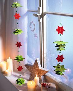 **Basteln mit Sternen aus Filz - im Handumdrehen aufgefädelt.**  Diese Filz-Dekoration zaubert ein **weihnachtliches Ambiente** in die eigenen vier Wände. Die Filzsterne und Holzperlen sind im...