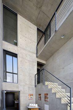 大阪の繁華街にある間口2.9メートルの狭小住宅・旧金森邸を32枚の写真と図面、建築データで紹介。現在はギャラリーに転用され安藤忠雄氏の住宅建築を間近で体感することの出来る貴重なスペースとなっている
