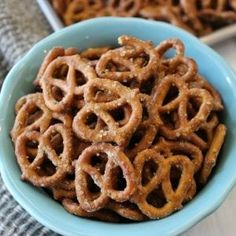 Try this kid friendly seasoned pretzels recipe that the entire family will love. We love this delicious ranch dressing pretzels recipe. (I added 1 TBSP dried Dill) - Vegetarian Recipes Garlic Pretzel Recipe, Pretzel Seasoning Recipes, Ranch Pretzels, Seasoned Pretzels, Spicy Pretzels, Healthy Toddler Snacks, Easy Snacks, Easy Meals, Snacks Ideas