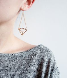 I really like this! Diy Accessories, Diy Jewelry, Jewelry Box, Jewelry Design, Fashion Jewelry, Dora Maar, Triangle Earrings, Geometric Jewelry, Geometric Shapes